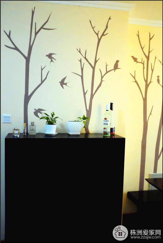 硅藻泥做了个树的造型,当做餐厅的背景墙,也起到了自然和客厅区分割的